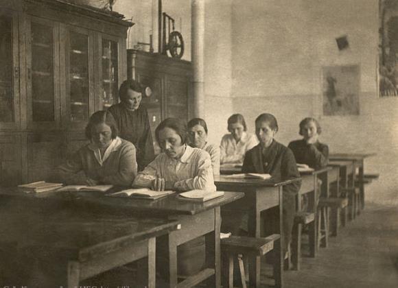 Учитель и взрослые ученики в послереволюционное время