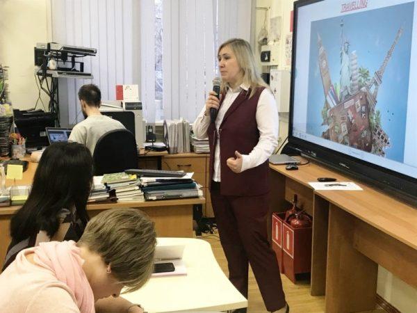 Учитель выступает перед родителями