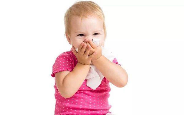 Девочка примерно двух лет сама высмаркивается