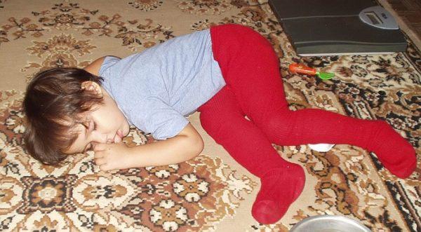 Ребёнок заснул на ковре