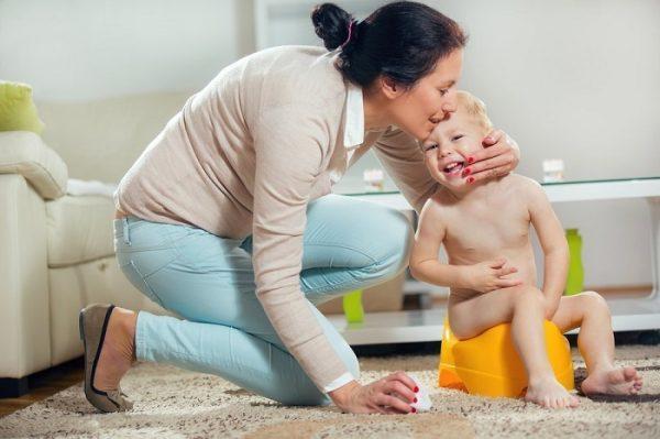 Мальчик примерно 1,5–2 лет сидит на горшке