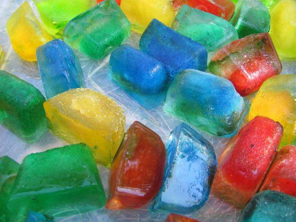 Кубики разноцветного льда