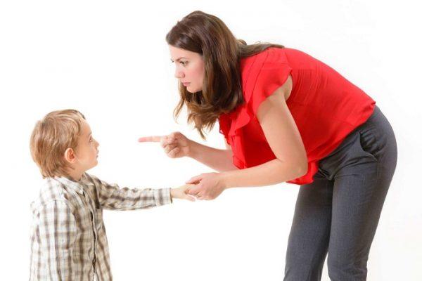 Мама ругает маленького сына, тот испуганно на неё смотрит