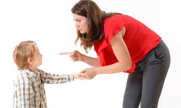 Мама грозит мальчику пальцем