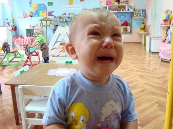 Мальчик горько плачет в группе детского сада