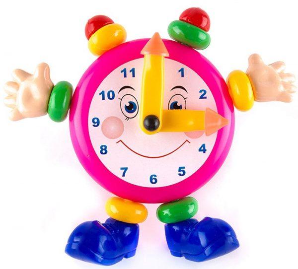 Игрушечные часы показывают 3 часа