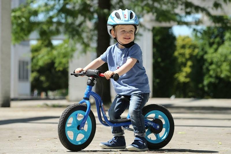 Научить ребёнка кататься на беговеле совсем нетрудно, делать это можно с раннего возраста.