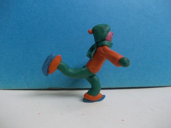 Готовое изделие — мальчик катается на коньках