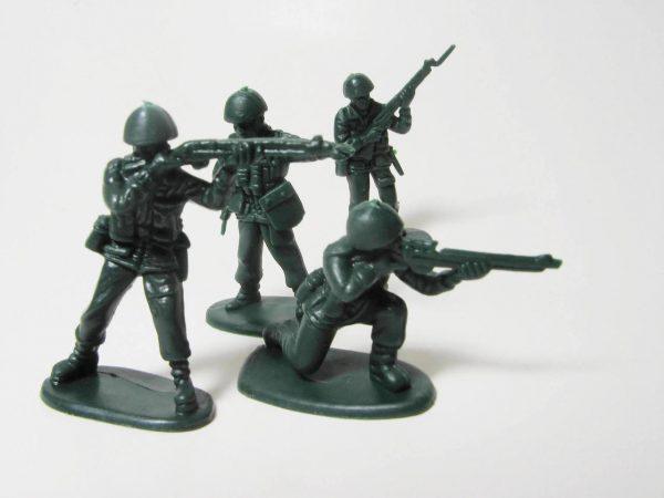 Игрушечные солдатики с автоматами