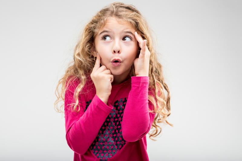 Девочка в розовой кофточке удивлена и озадачена
