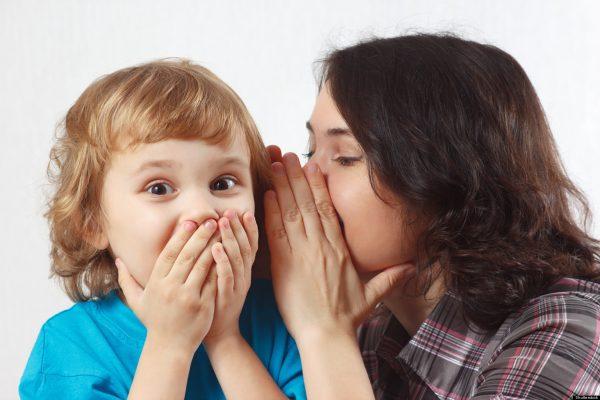 Мама шепчет на ухо мальчику