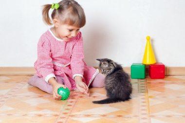 «Ребёнок с котёнком» - ещё один вариант сюжетной лепки динамичных образов.
