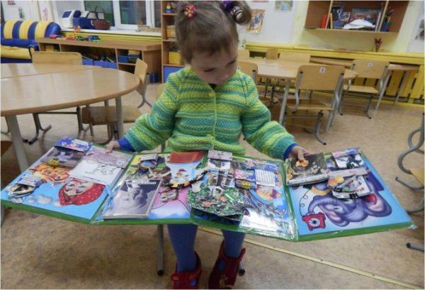 ребенок изучает лэпбук