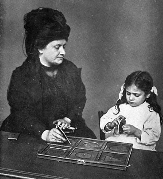Мария Монтессори с девочкой