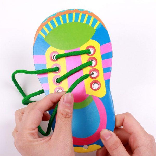 Игрушечный кроссовок — пособие для шнуровки