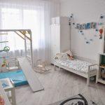 Детская спальня по Монтессори со спортивным уголоком