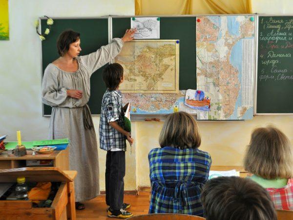 Учительница у доски с учеником