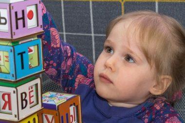 Незаметно, через игру малыш осваивает форму, цвет, запоминает буквы и цифры.