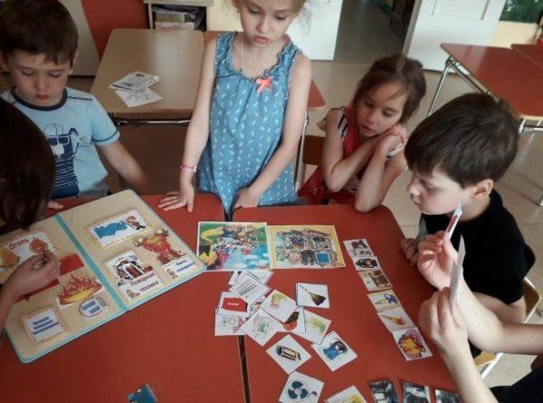 Старшие дошкольники занимаются с лэпбуком