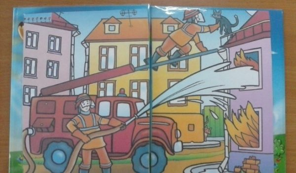 Распашная обложка со сценой тушения пожара