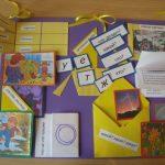 Лэпбук на фиолетом фоне с жёлтыми конвертами