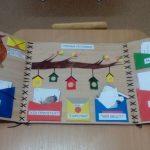 Лэпбук на фоне «под дерево» с разноцветными конвертами