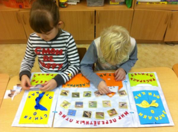 Дошкольники занимаются с лэпбуком