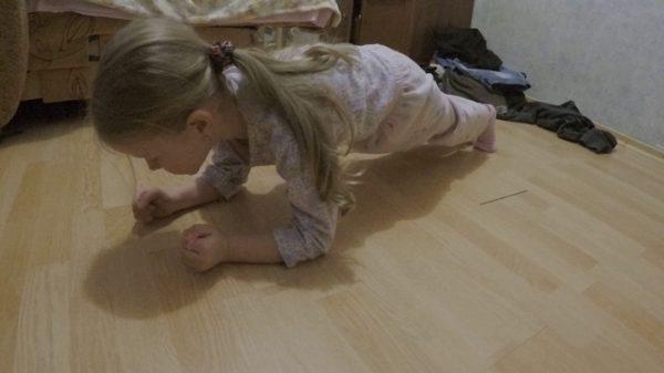 Девочка делает планку
