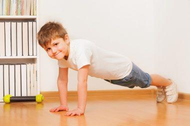 Отжимание – одно из базовых физических упражнений, которое должен освоить каждый ребёнок.
