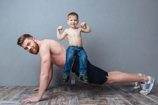 Папа отжимается, на спине сидит маленький сын