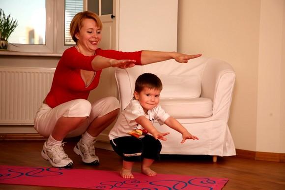Мама с сыном делают гимнастику